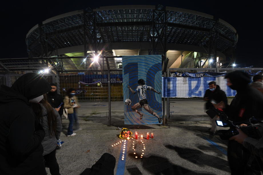 Стадионот во Неапол го менува името во чест на Марадона