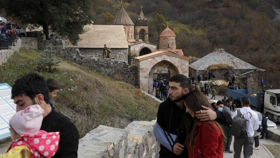 Ерменците ги откопаа своите блиски и ги запалија домовите пред засекогаш да го напуштат Нагорно Карабах