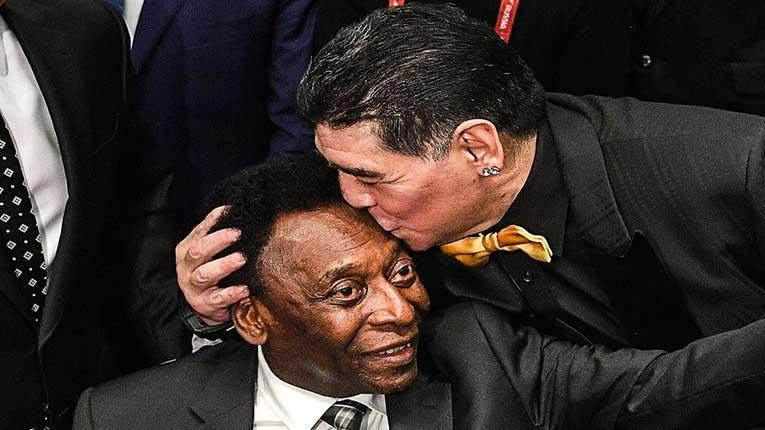 Легенда жали по легенда: Пеле клечи и плаче на гробот на Марадона