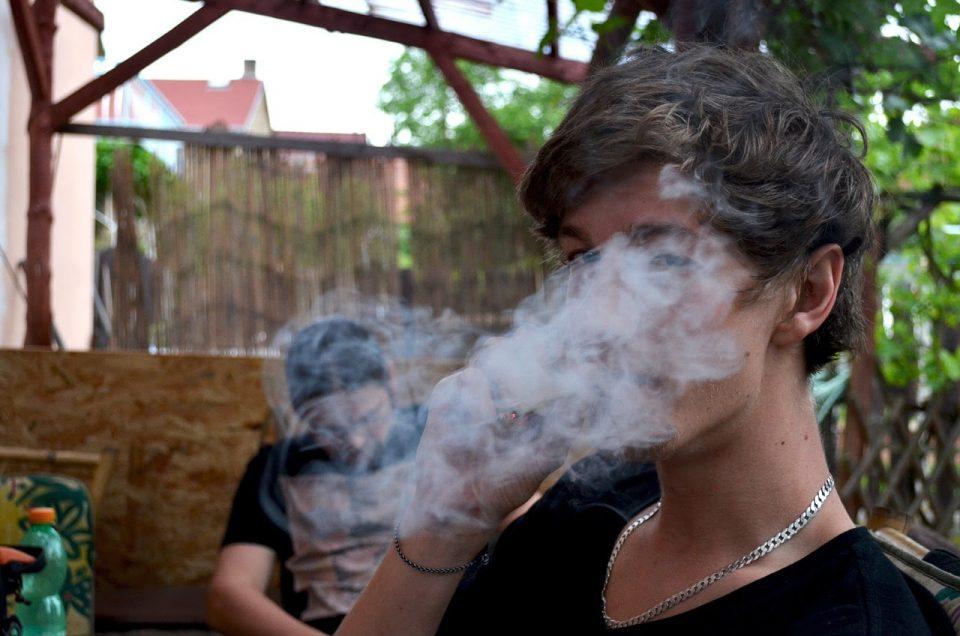 Пиењето и пушењето кај младите опаѓа, но расте ризикот од други зависности