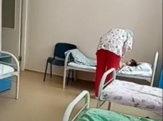 Медицинска сестра од Русија: И биле влажни рацете, па морала да го влече за коса детето