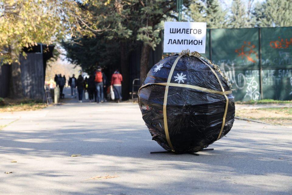 Црни лампиони за Шилегов: Откажете се од украсувањето на празните скопски улици за 200 илјади евра
