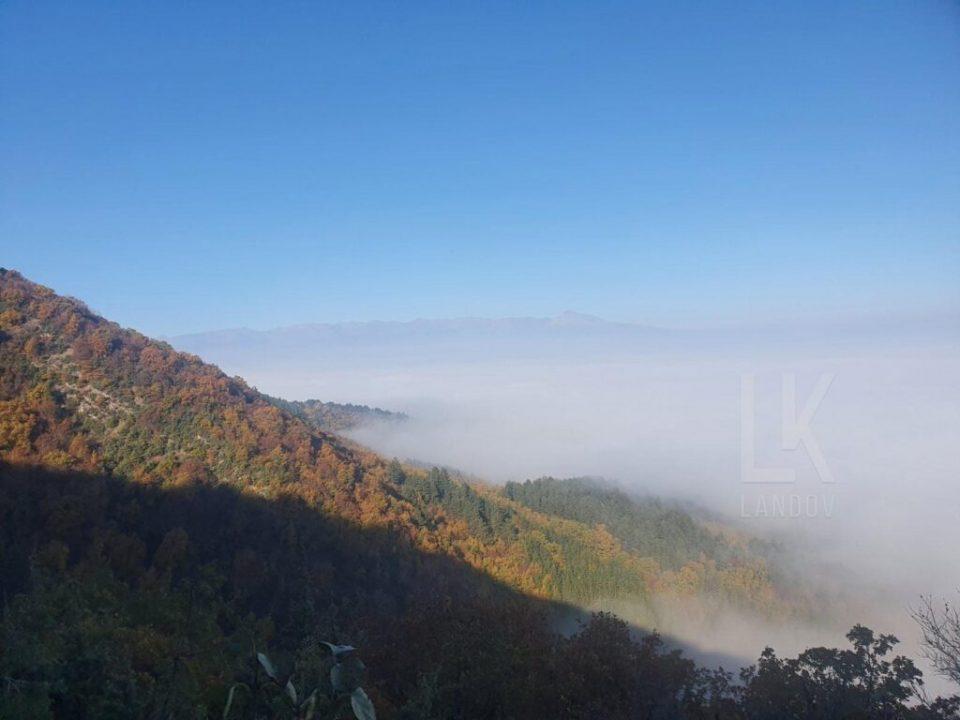 Скопјани бегаат на Водно, но оттаму се гледа магла, а не и градот