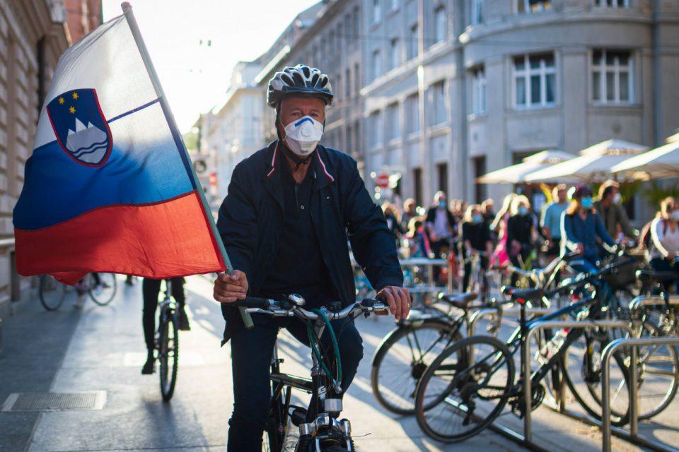 За точење гориво и работа од дома не се потребни ковид пропусници: Словенија ги ублажува мерките