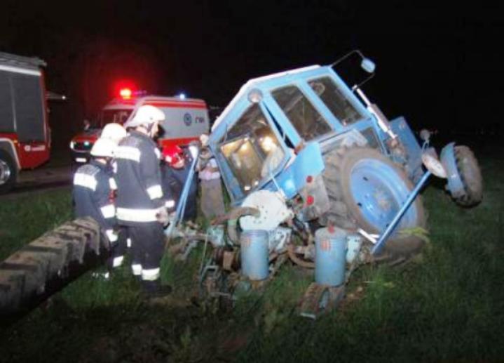 Еден загинат и неколкумина повредени во судар на два автомобила и трактор