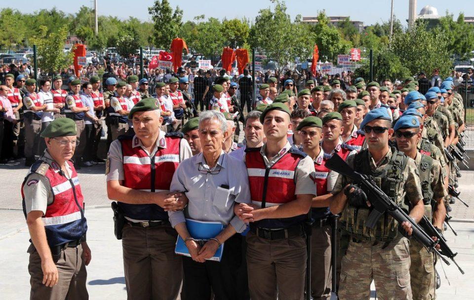 Стотици офицери осудени на доживотен затвор за обидот за државен удар во Турција