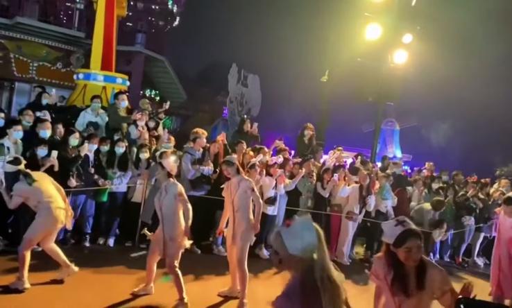 Апсурдни слики од Вухан: Илјадници луѓе на забава – како никогаш да немало Корона вирус