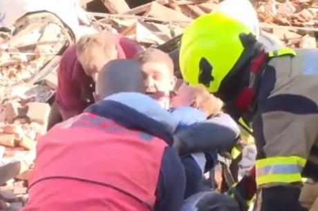 Драма во Петриња: Татко и син извлечени од рушевините за време на програма во живо