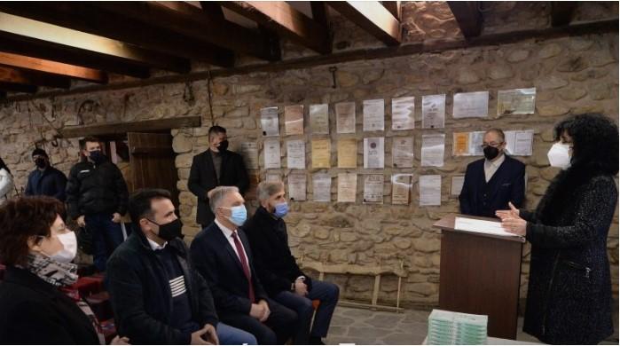 ВМРО ДПМНЕ: Заев треба да клекне пред великанот Конески и да му се извини што му ги погани делата