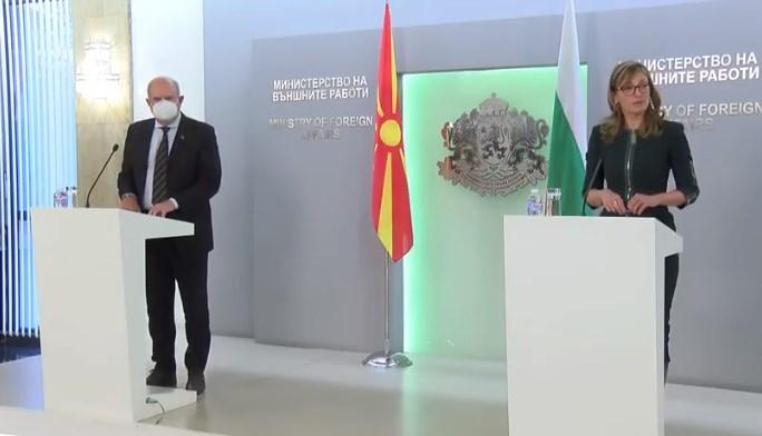 Додека се занимаваме со Мијалков, Бучковски и Османи полека ги прифаќаат сите бугарски барања