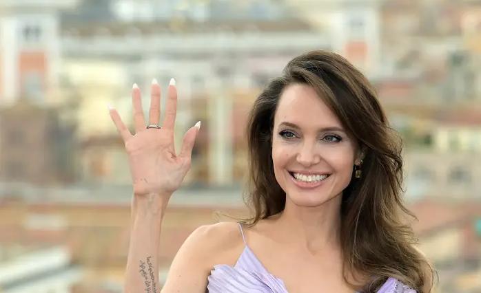 Анџелина Џоли со порака до жртвите на злоупотреба: Секоја жена треба да разговара за своите проблеми со оние на кои им верува