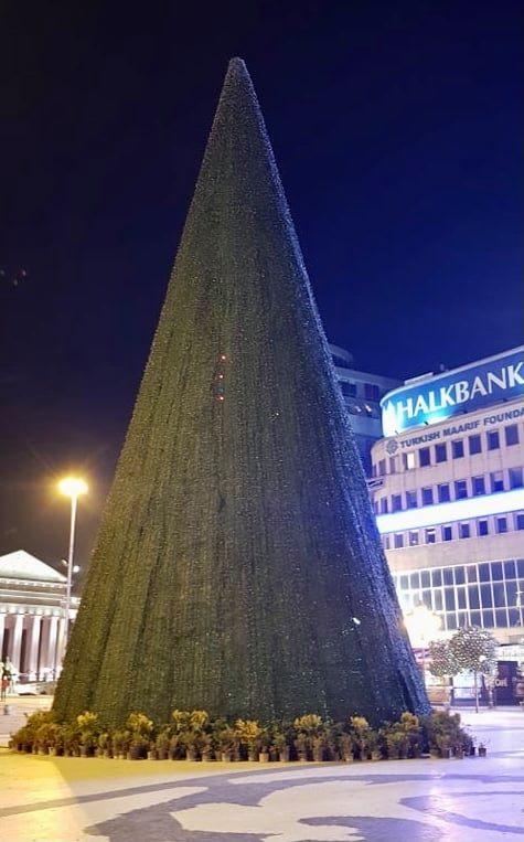 """Новогодишната елка на плоштад """"Македонија"""" симболично ќе светне вечерва во 19 часот"""