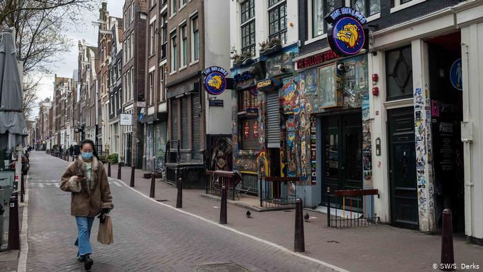 Судот ѝ наложи на холандската влада да го укине полицискиот час воведен поради короната