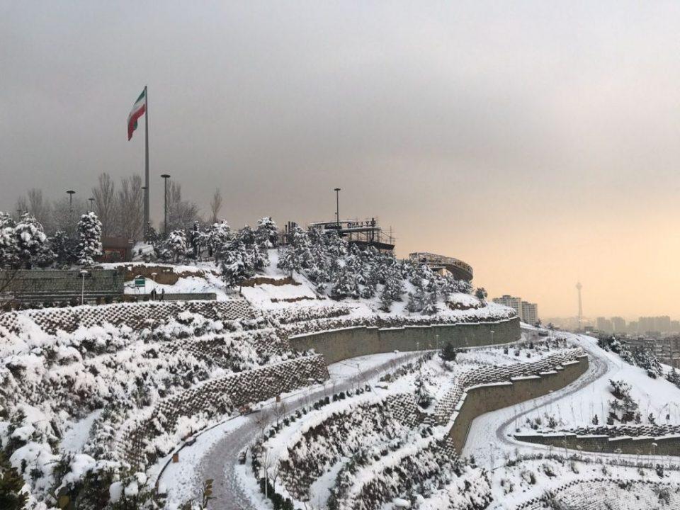 Десет алпинисти загинаа во лавини во Иран