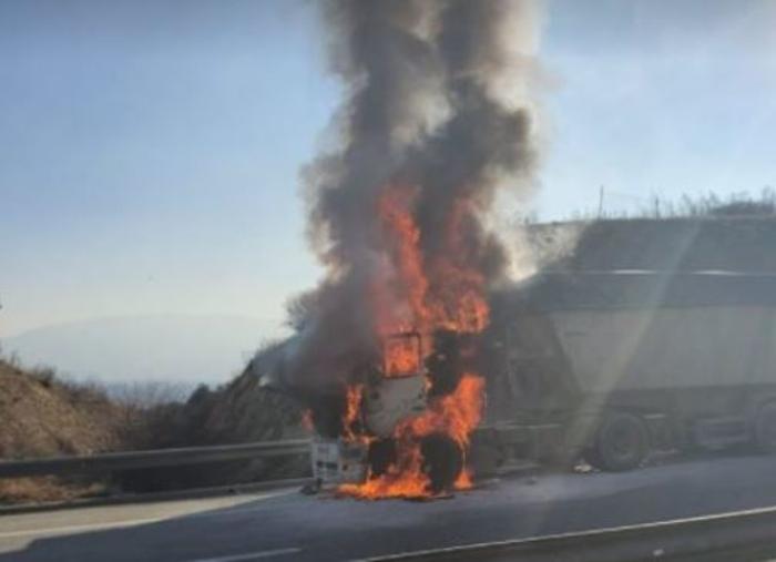 Се запали камион кај кружниот тек во Сарај