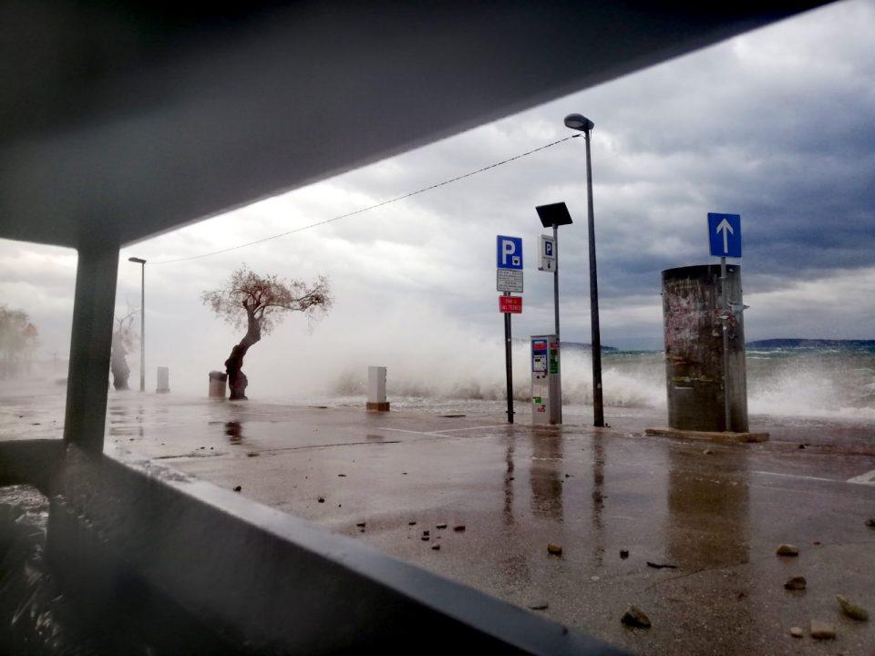 Невреме во Хрватска: Трогир и Омиш под море, бранови од 6 метри