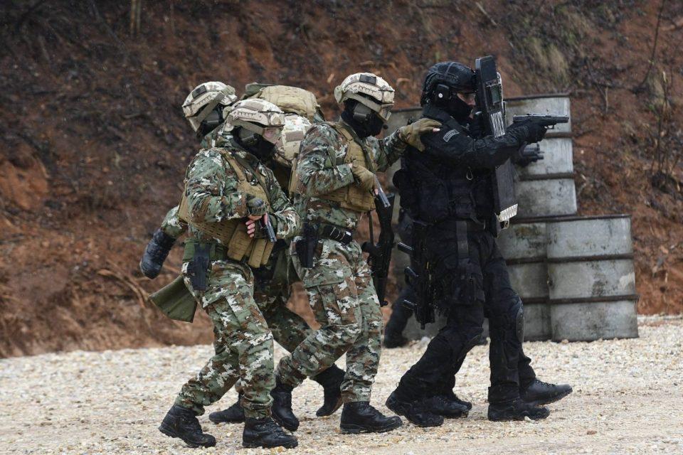 Македонски војник со тешка состојба предизвикана од ковид-19 се транспортира од Африка