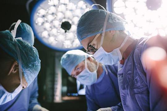 Во Словенија извршена трансплантација на бели дробови на пациент со ковид-19