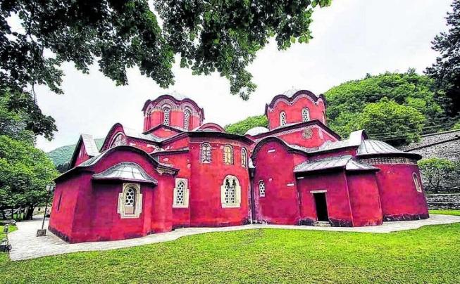 Албанци на Косово ја прогласија Пеќката Патријаршија за Албанска православна црква