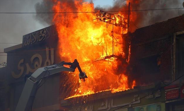 Пожар во зграда во Тетово: Пожарникарите сами ги поместувале возилата до зградата, нема жртви