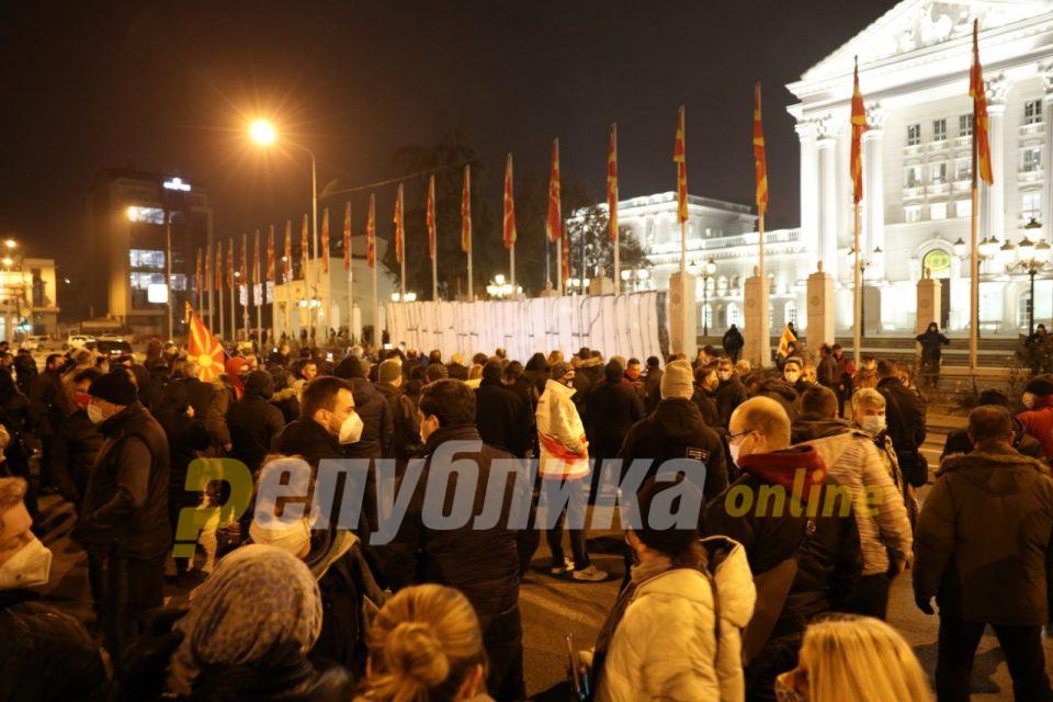 """Протест """"Оставка на Заев, слобода на народот"""": Власта да престане да преговара за идентитетот, тоа е најсветото за овој народ"""