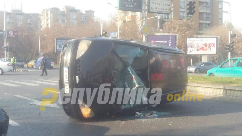 Превртен форд со охридски таблички пред Сити мол – тешка сообраќајка
