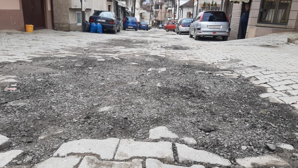 Тетовец разочаран од општината сам ја реновирал уништената улица