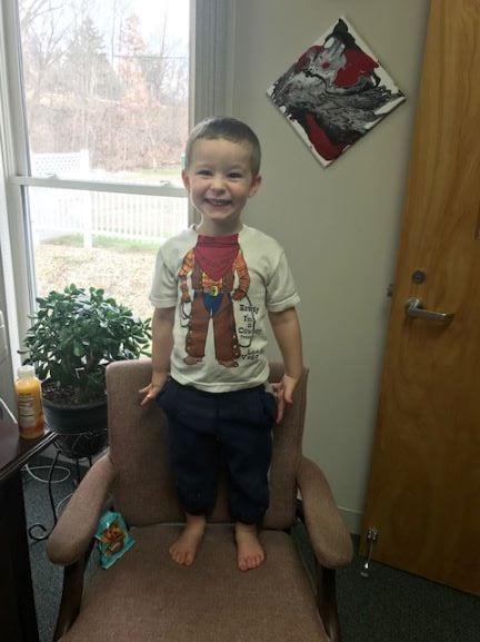 На тригодишното момче пронајдено на гробишта во Охајо, добрите луѓе му ја вратија насмевка на лицето
