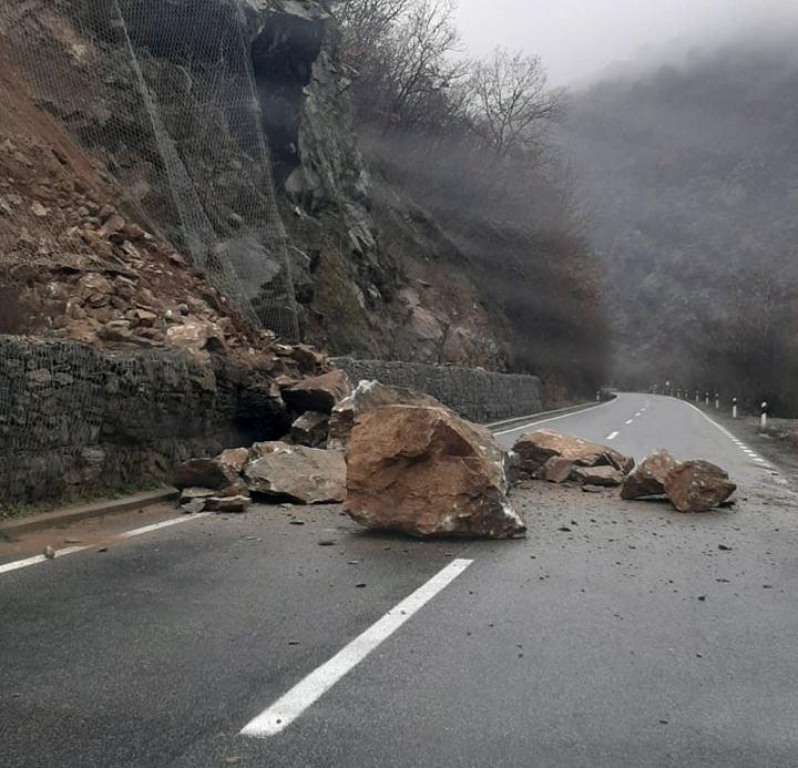 Сообраќајот Велес-Градско е во прекин поради голем одрон