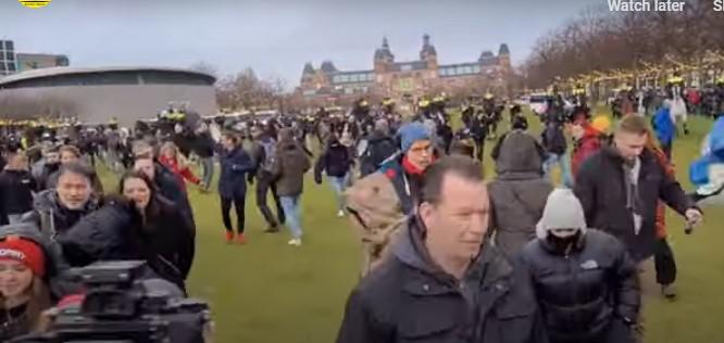 Протести во Амстердам поради новите мерки, полицијата употреби водени топови