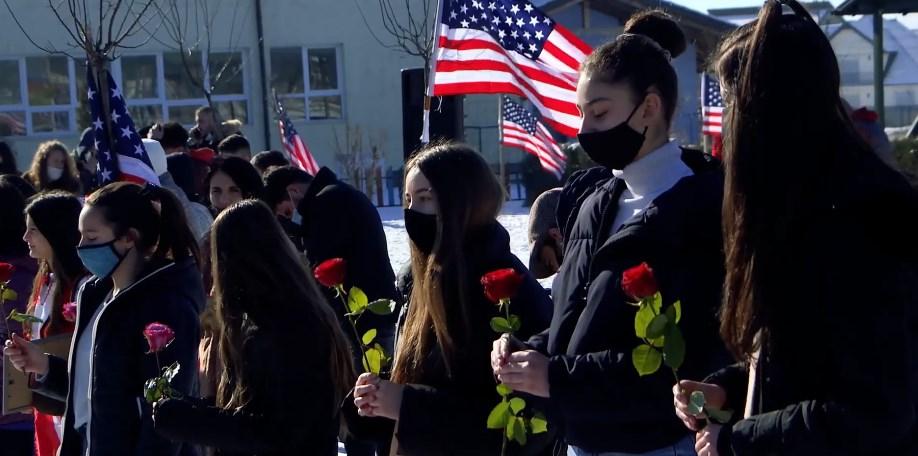 Рози, постери, американски знамиња – како косовско село ја прослави инаугурацијата на Бајден
