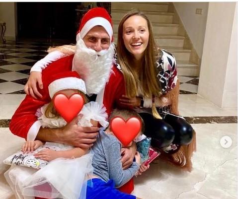 Новак Ѓоковиќ се преправи како Дедо Мраз за да ги израдува своите деца