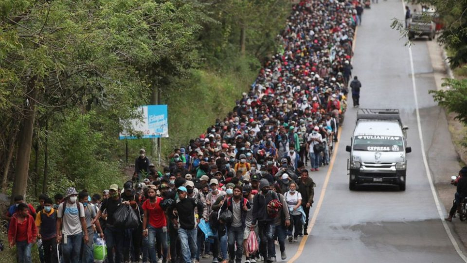 Разулавена маса мигранти од Хондурас тргна кон Америка