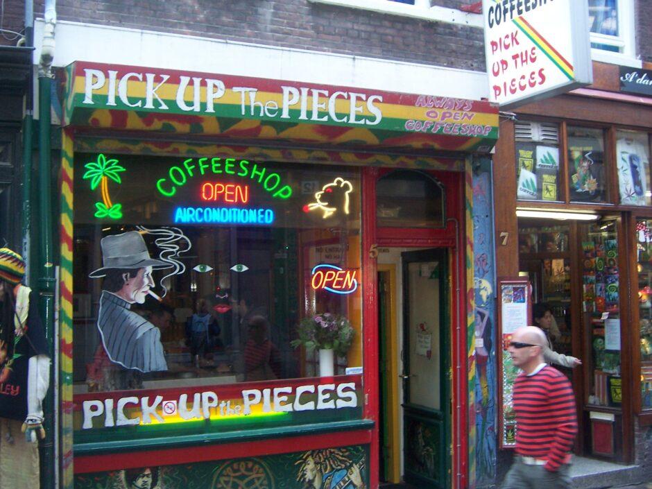 Градоначалничката на Амстердам сака на туристите да им забрани да влегуваат во кафулињата со марихуана