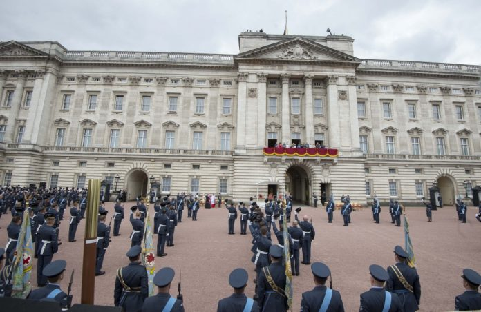 Вработен во Бекингемската палата осуден на казна затвор, крадел од кралицата