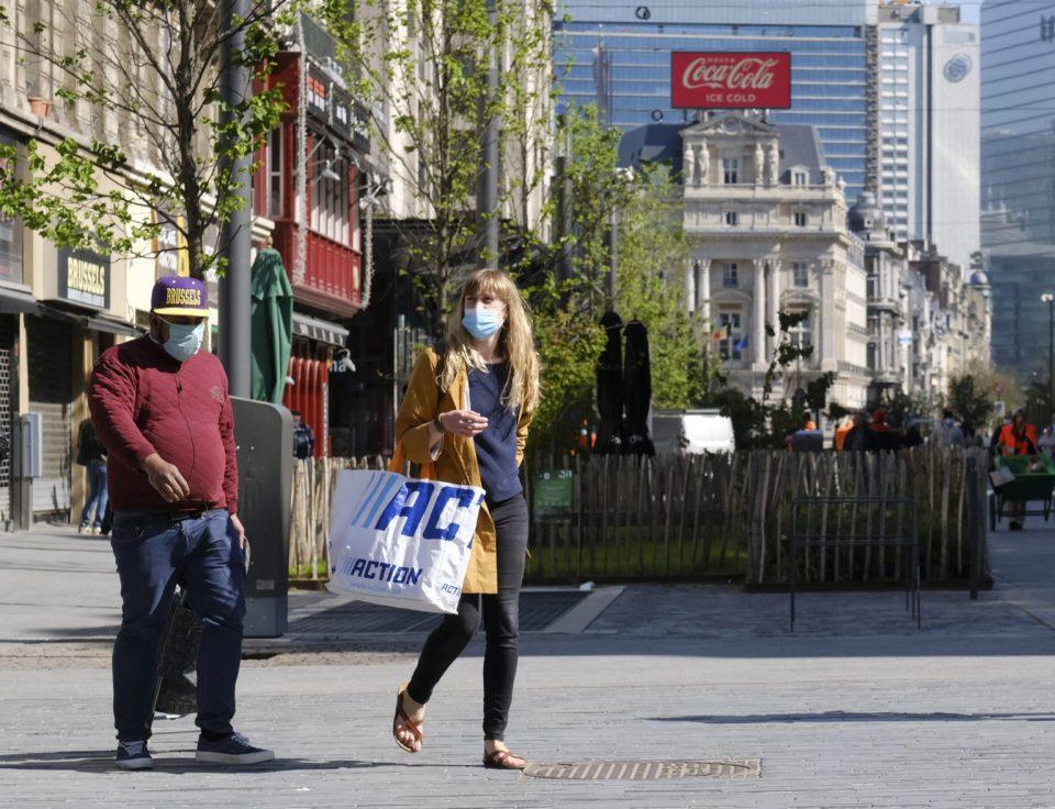 Белгија: Епидемиолозите против укинување на носењето маски на јавни места