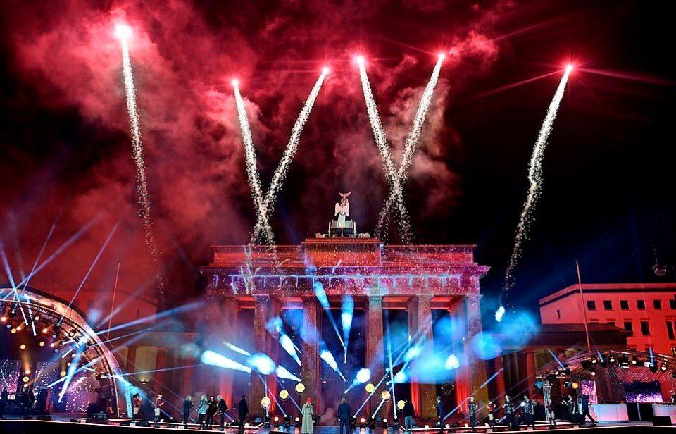 Спектакуларни огномети и виртуелни концерти: Европските метрополи ја прославија Новата година
