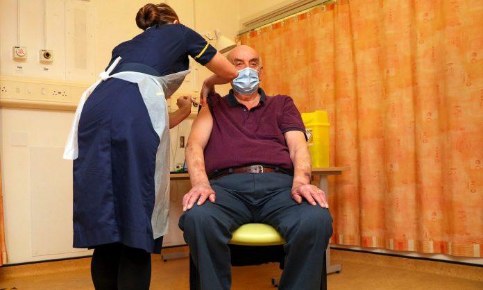 Пациент на дијализа е првиот Британец кој ја прими вакцината Оксфорд