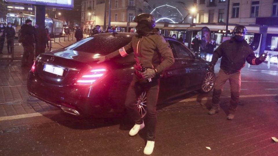 Нападнат автомобилот на белгискиот крал: Немири во Брисел поради смртта на момче од африканско потекло