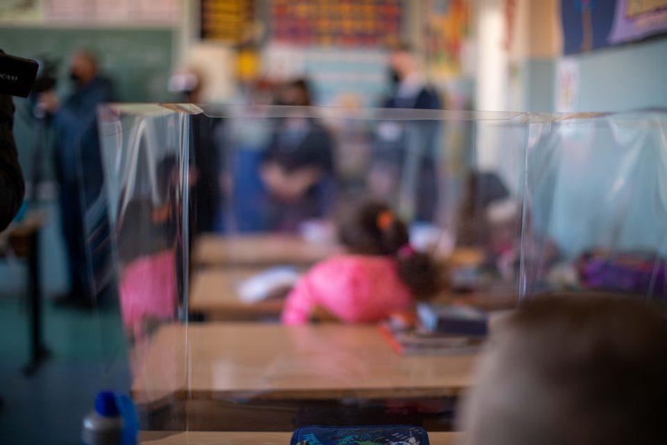 Во 10 училишта во Чаир се поставени 1.950 заштитни паравани на ученичките клупи