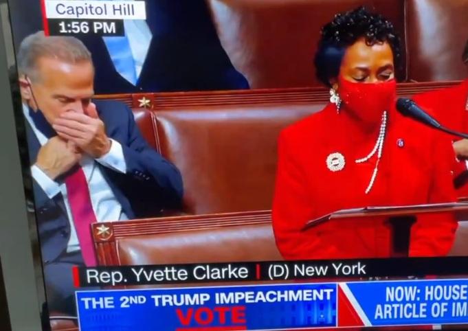 Бизарна постапка на демократски конгресмен за време на отповикувањето на Трамп во Конгресот