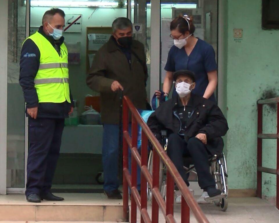 98-годишниот дедо Киро од Демир Капија излекуван од ковид-19 ја напушти Инфективната клиника