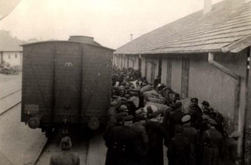"""Се плаши да го изговори зборот """"бугарски"""": Заев се сети на денот на Холокаустот, ама не и кој ги протерал Евреите во Треблинка"""