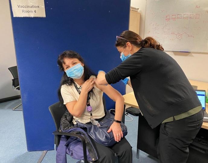 Поседов 15 минути и се вратив на работа: Докторка од Македонија се вакцинираше во Англија