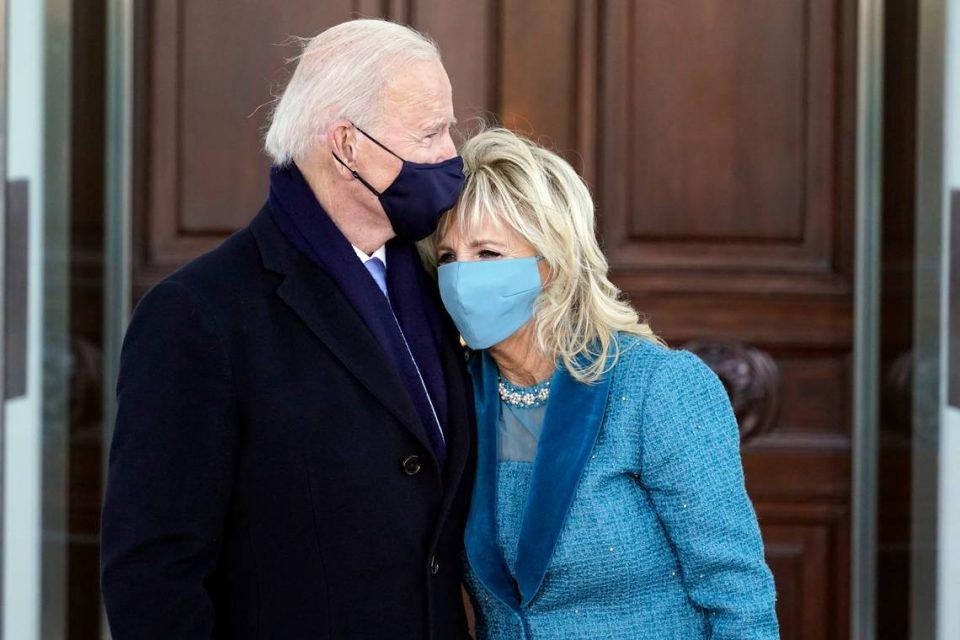 Бајден со сопругата пешки пристигнаа во Белата куќа