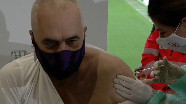 Еди Рама ја прими првата доза од вакцината против Ковид-19
