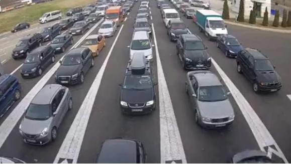 Патниците очајни чекаат со часови на македонската граница: Гастербајтерите тргнаа кон Европа, хаос на границите