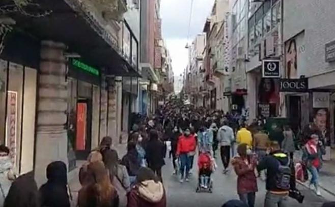 Имаат само 2 часа за шопинг со претходно испратена порака: Огромни редици пред продавниците во Грција