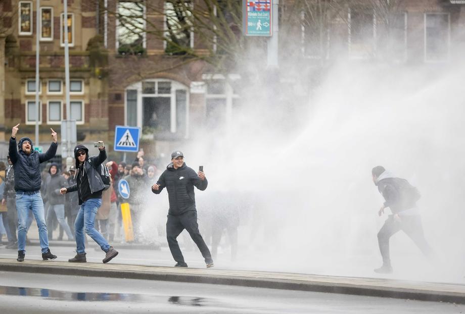Судири меѓу полицијата и демонстрантите, се протестира против карантин во Холандија