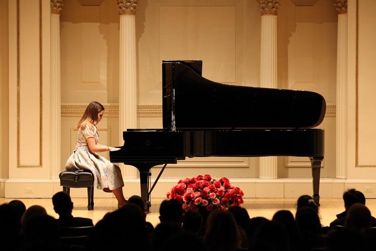 Младата пијанистка Инес Неделковска освои две први награди на престижен натпревар во Германија
